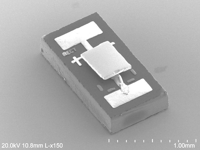 Команда UM модифицировала инфракрасный фотодиод размером с рисовое зерно, показанное на этом электронно-микроскопическом изображении. Он сгладил его поверхность так, чтобы они могли разместить его всего в 55 нанометрах (0,000055 миллиметров) от изготовленного на заказ калориметра. Измерения калориметра показали, что фотодиод при работе с перевернутыми электродами вел себя так, как если бы он был при более низкой температуре, и охлаждал калориметр.