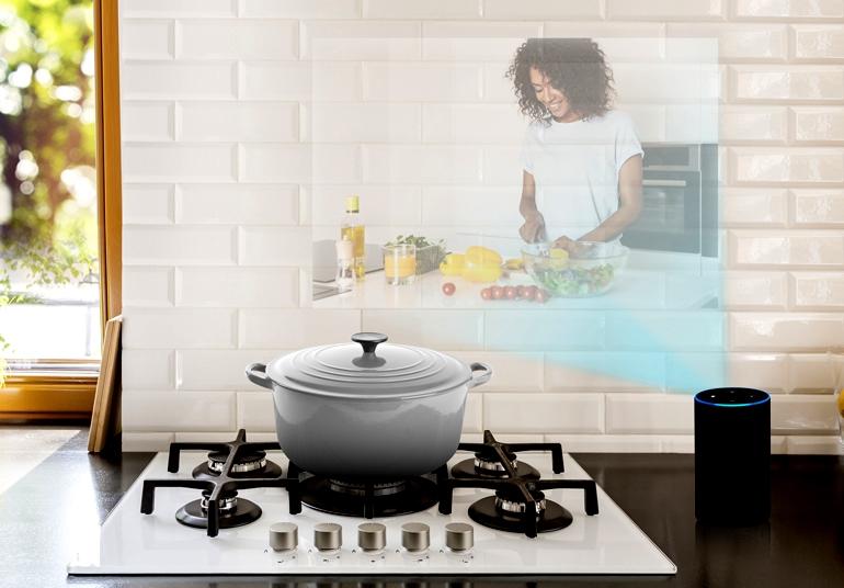 Интеллектуальный динамик с проекционным дисплеем для кухни или офиса добавляет видео, чтобы помочь создать более захватывающий рабочий процесс