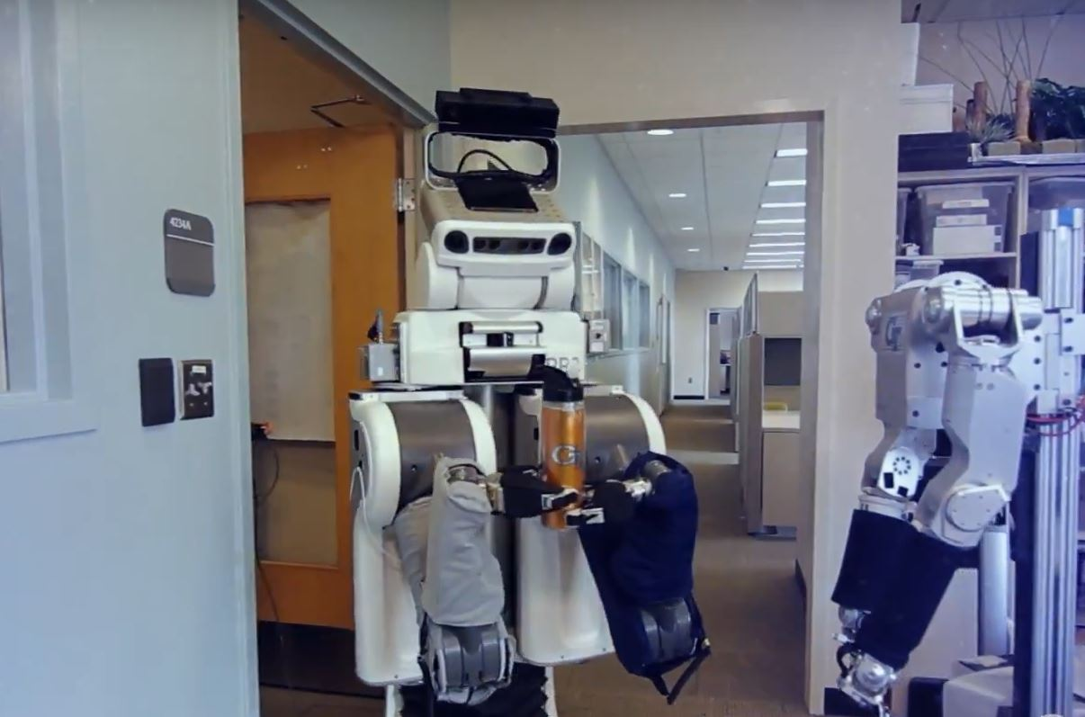 Самообучающиеся роботы для сборки и использования инструментов