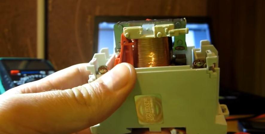 Катушка контактора в разобранном виде