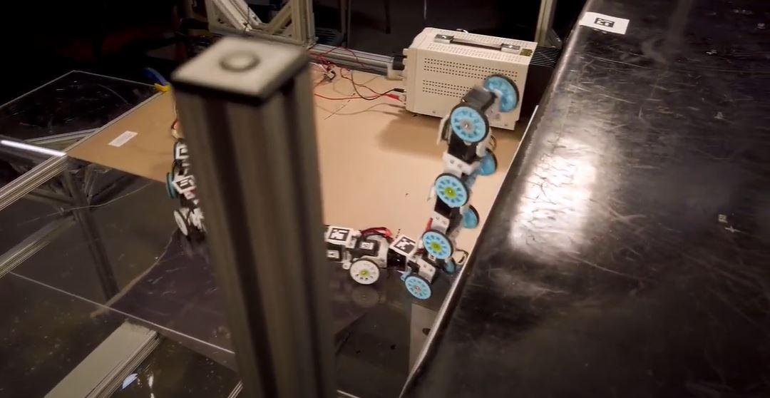 Змеи учат роботов «ходить» по лестнице