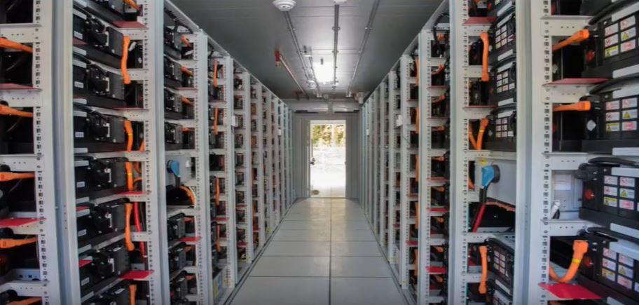 Стеллажная система накопления энергии, включающая аккумуляторные батареи с интегрированными функциями безопасности, полностью оснащена системой управления батареями