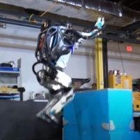 Маленький робот делает большие шаги и подпрыгивает