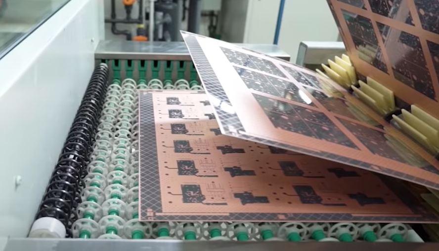 Помните что спроектированный в САПР или CAD макет печатной платы не всегда легко реализовать физически