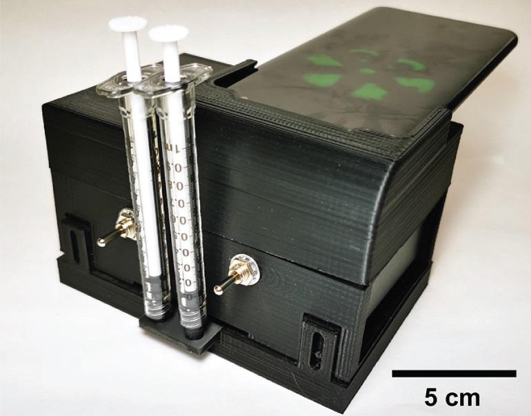 Микрофлюидный картридж можно вставить в портативное устройство, в котором также есть подставка для смартфона, чтобы камера телефона могла считывать результаты теста