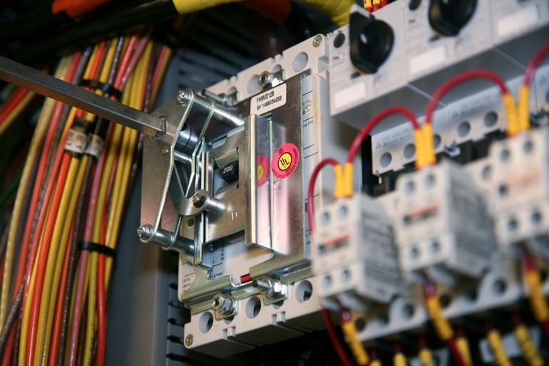 Автоматические выключатели, предохранители и устройства защиты от перегрузки защищают проводники ниже по потоку в случае перегрузки по току или короткого замыкания